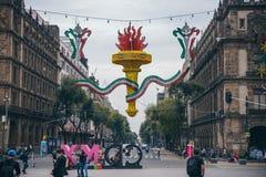 MÉXICO - 20 DE SEPTIEMBRE: edificios en la plaza de Zocalo adornada con los ornamentos y la antorcha gigante para celebrar el Día Fotografía de archivo