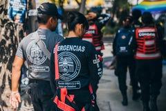 MÉXICO - 20 DE SEPTIEMBRE: Equipo de salvadores que caminan en la calle el día después del terremoto Fotos de archivo