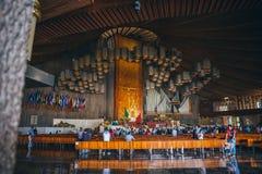 MÉXICO - 20 DE SEPTIEMBRE: Fórmese en la basílica de nuestra señora Guadalupe el día después del terremoto Fotografía de archivo