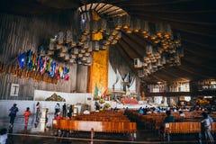 MÉXICO - 20 DE SEPTIEMBRE: Fórmese para las víctimas del terremoto en la basílica de nuestra señora Guadalupe Imagenes de archivo