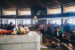 MÉXICO - 20 DE SEPTIEMBRE: Fórmese para las víctimas del terremoto en la basílica de nuestra señora Guadalupe Imágenes de archivo libres de regalías