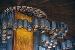 MÉXICO - 20 DE SEPTIEMBRE: Lámparas del techo en la basílica de nuestra señora Guadalupe Imagen de archivo