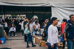 MÉXICO - 20 DE SEPTIEMBRE: La gente que se ofrece voluntariamente en una colección se centra para recolectar disposiciones y las  Imagen de archivo