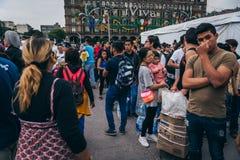MÉXICO - 20 DE SEPTIEMBRE: La gente que se ofrece voluntariamente en una colección se centra para recolectar disposiciones y las  Fotografía de archivo libre de regalías