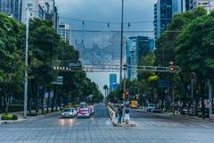MÉXICO - 20 DE SEPTIEMBRE: Paseo Reforma durante la noche justo antes de un sotrm comienza Foto de archivo libre de regalías