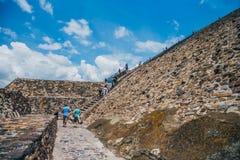 MÉXICO - 21 DE SEPTIEMBRE: Pasos para subir la pirámide del Sun, el 21 de septiembre Fotos de archivo libres de regalías