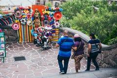 MÉXICO - 20 DE SEPTIEMBRE: Turistas que caminan en las colinas de Tepeyac y que caminan por alguna decoración mexicana tradiciona Imágenes de archivo libres de regalías