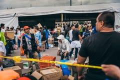 MÉXICO - 20 DE SETEMBRO: Os povos que oferecem-se em uma coleção centram-se para recolher disposições e fontes para as vítimas do foto de stock royalty free