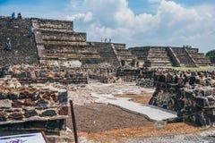 MÉXICO - 21 DE SETEMBRO: Pirâmides das pequenas mercadorias que estão sendo visitadas por turistas imagem de stock royalty free