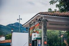 MÉXICO - 22 DE SETEMBRO: Posto de gasolina com o vermelho tradicional e fotografia de stock