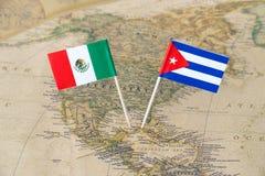 México e Cuba embandeiram os pinos em um mapa do mundo, conceito das relações políticas Imagens de Stock Royalty Free