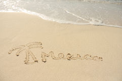 México e uma palmeira desenhada na areia na praia Foto de Stock Royalty Free