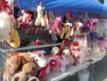 México: La parada de calle del día de tarjetas del día de San Valentín rellenó unicornios y osos del juguete Fotos de archivo libres de regalías