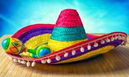 méxico Sombreiro e maracas coloridos em um fundo de madeira foto de stock royalty free