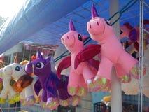 México: Unicornios rellenos del juguete de la parada de calle del día de tarjetas del día de San Valentín Imagen de archivo