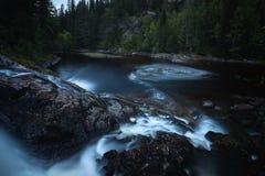 Même l'humeur dans les forêts boréales de la Norvège Cascades sur la rivière Homla image libre de droits