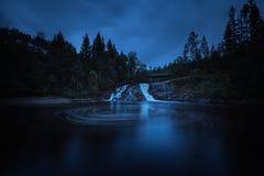 Même l'humeur dans les forêts boréales de la Norvège Cascades sur la rivière Homla images libres de droits