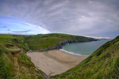 Même la lumière sur les falaises de Ceredigion et l'île de cardigan de Mwnt, le Pays de Galles photos libres de droits