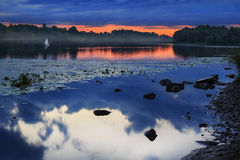 Même la rivière brumeuse Image stock