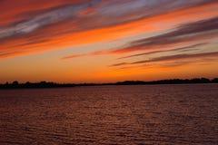 Même la texture rouge de coucher du soleil au-dessus du lac, au-dessus de l'étang Photos libres de droits