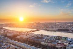 Même la vue aérienne au coucher du soleil, sur Neva River, le pont de Blagoveshchensky et la ville de St Petersburg photographie stock