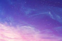 Même le ciel pourpre avec le fond de cirrus et d'étoiles, abstrait photographie stock