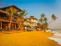 Même le rivage de l'Océan Indien, surfers photos stock