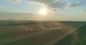 Même le soleil et une moissonneuse au champ de blé banque de vidéos
