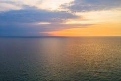 Mínimo simplemente en colores pastel y relajar la linea horizontal entre el mar y el cielo pacíficos fotos de archivo libres de regalías