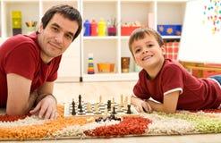 Míreme están batiendo al papá en el ajedrez Imagen de archivo libre de regalías
