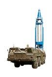 Míssil tático de lançamento de um lançador móvel isolado no fundo branco imagem de stock