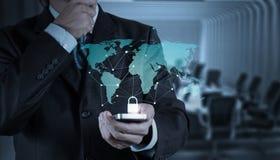 Móbil da mostra 3d da mão do homem de negócios Imagem de Stock Royalty Free