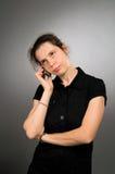 Móbil de escuta da mulher com olhar incomodado Imagens de Stock Royalty Free
