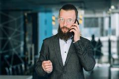 Móbil de fala do homem do telefone da conversação do negócio imagem de stock