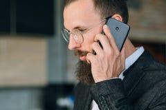 Móbil de fala do homem do telefone da conversação do negócio fotos de stock