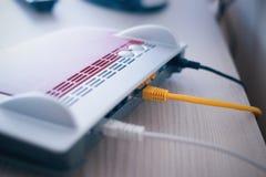 Módem de Internet y red de la conexión de cables de Ethernet Foto de archivo