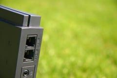 Módem del Internet en hierba verde Foto de archivo