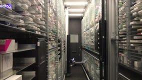 12 09 2018 Módena - almacén automático de la farmacia de la tecnología futura almacen de metraje de vídeo