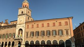 280818 Módena - edificio histórico del ayuntamiento del cuadrado de Piazza Grande almacen de metraje de vídeo
