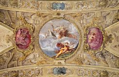 MÓDENA, ITALIA - 14 DE ABRIL DE 2018: El fresco barroco del techo con St Barbara en la iglesia Chiesa di San Barnaba fotografía de archivo