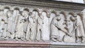280818 Módena, Italia - esculturas por el lado derecho del sitio de la herencia de la UNESCO de la fachada del Duomo de Módena -  almacen de video