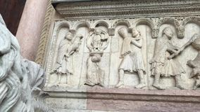 280818 Módena, Italia - esculturas por el lado derecho del sitio de la herencia de la UNESCO de la fachada del Duomo de Módena -  metrajes