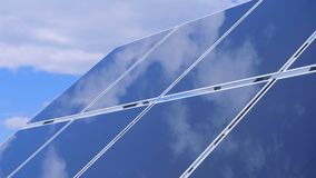 Módulo al aire libre solar con el cielo que refleja en él metrajes