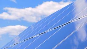 Módulo solar situado en el aire abierto en la luz del día almacen de video