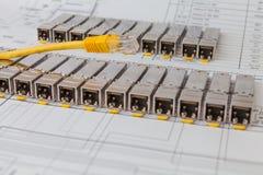 Módulos da rede de SFP para o interruptor de rede e o cabo de remendo Imagem de Stock