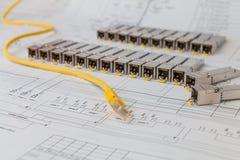 Módulos da rede de SFP para o interruptor de rede e o cabo de remendo Fotografia de Stock Royalty Free
