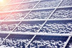 Módulos ecológicos fotovoltaicos fundidos levemente pela neve imagens de stock royalty free