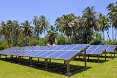 Módulos solares del picovoltio en el cocinero Islands de Rarotonga Foto de archivo