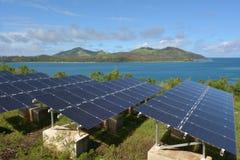 Módulos solares del picovoltio en la isla remota en Fiji Fotografía de archivo