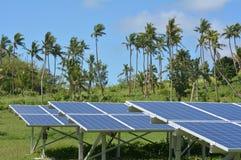 Módulos solares del picovoltio en la isla remota en Fiji Fotos de archivo